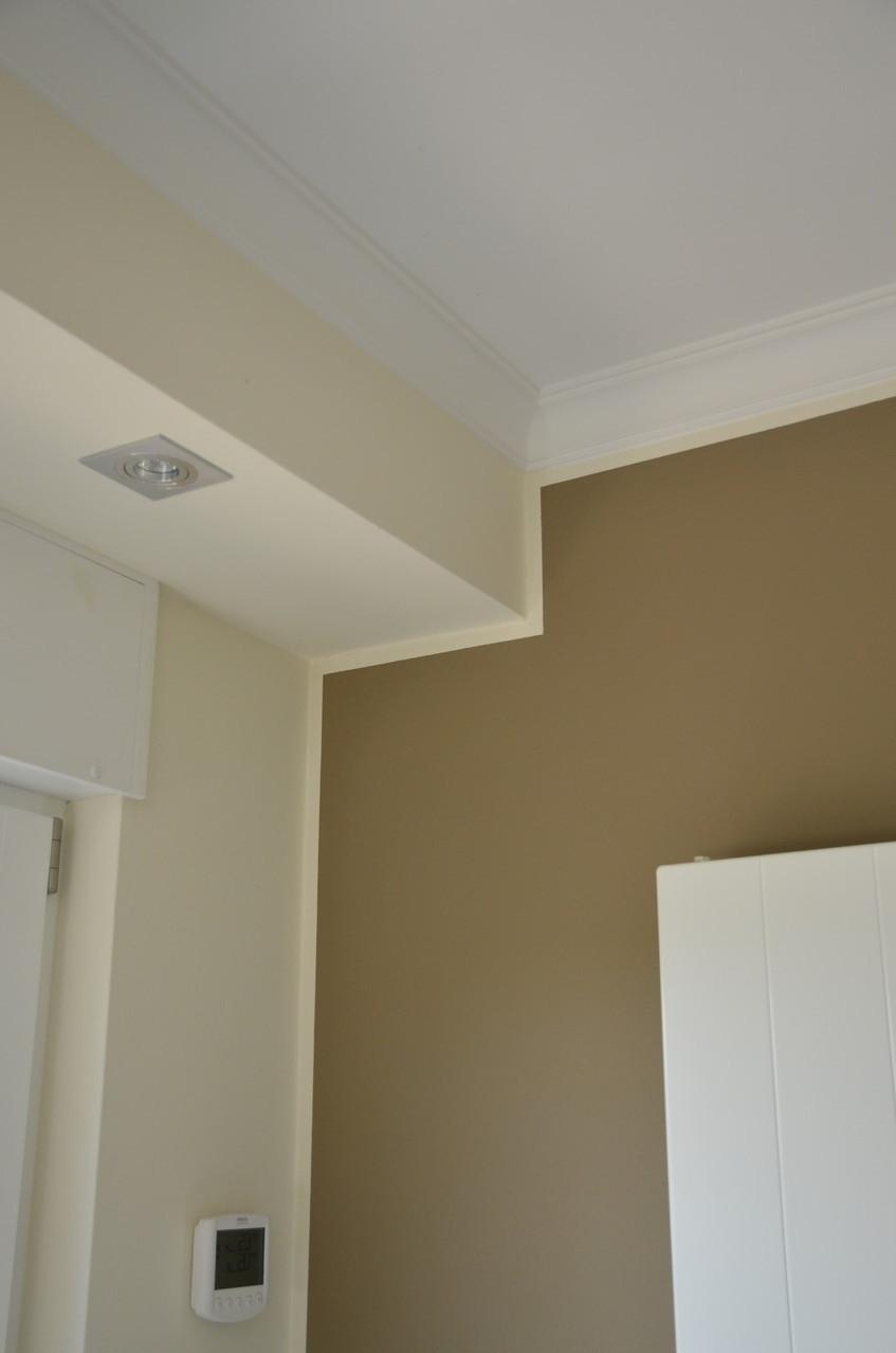 Die Ecken wurden sorgfältig versiegelt und die farbige Wand mit einem schmalen Rand versehen.