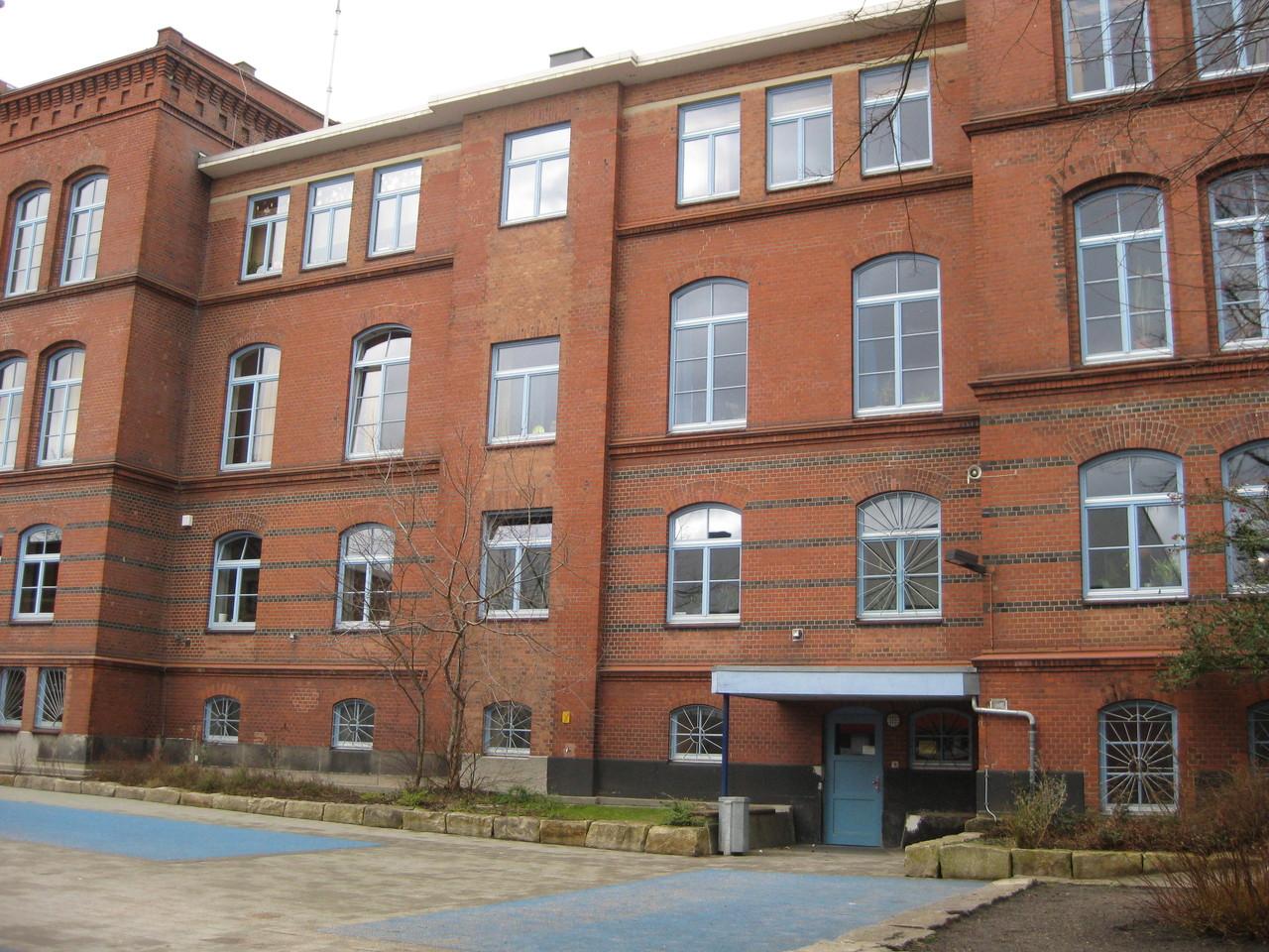 Schulgebäude, Lackierung der Fenster 2