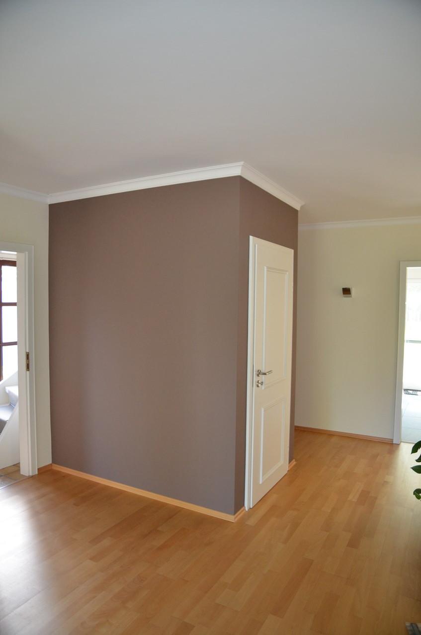 Ein Stuckkante gibt dem Raum ein elegantes Aussehen, farbliche Akzente runden das Gesamtbild ab..