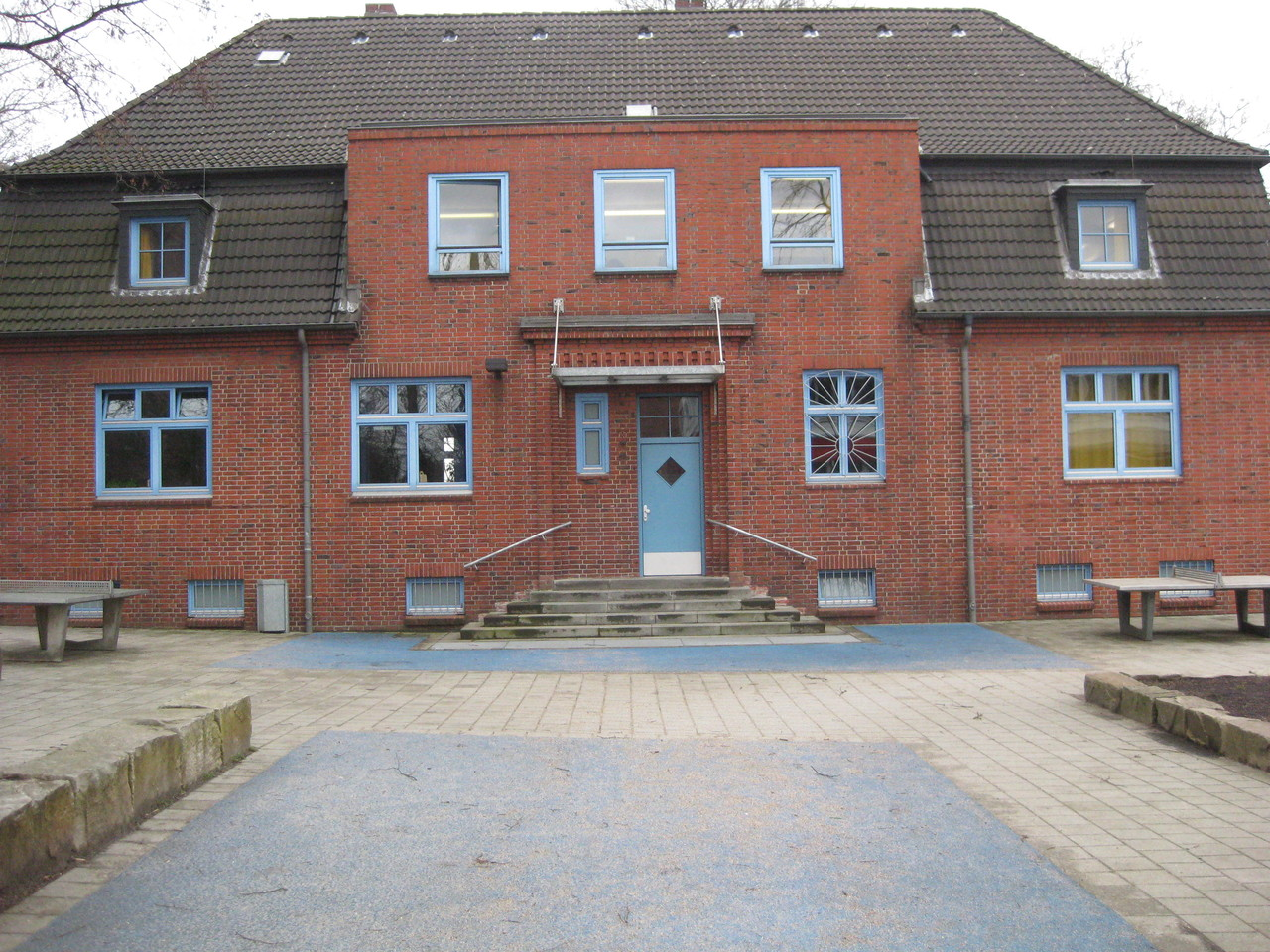 Schulgebäude, Lackierung der Fenster 1