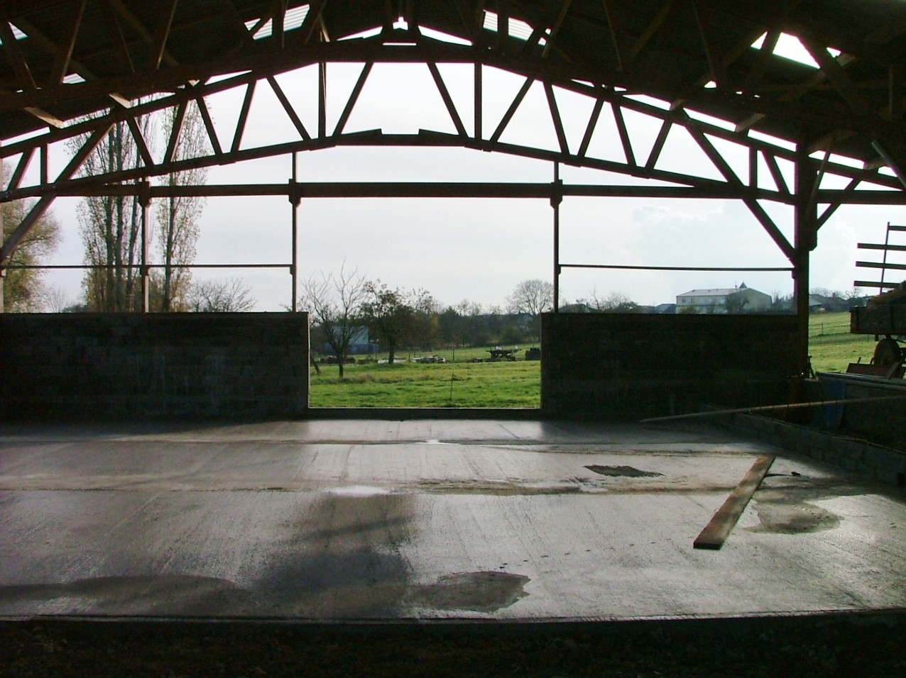 Béton dans le hangar