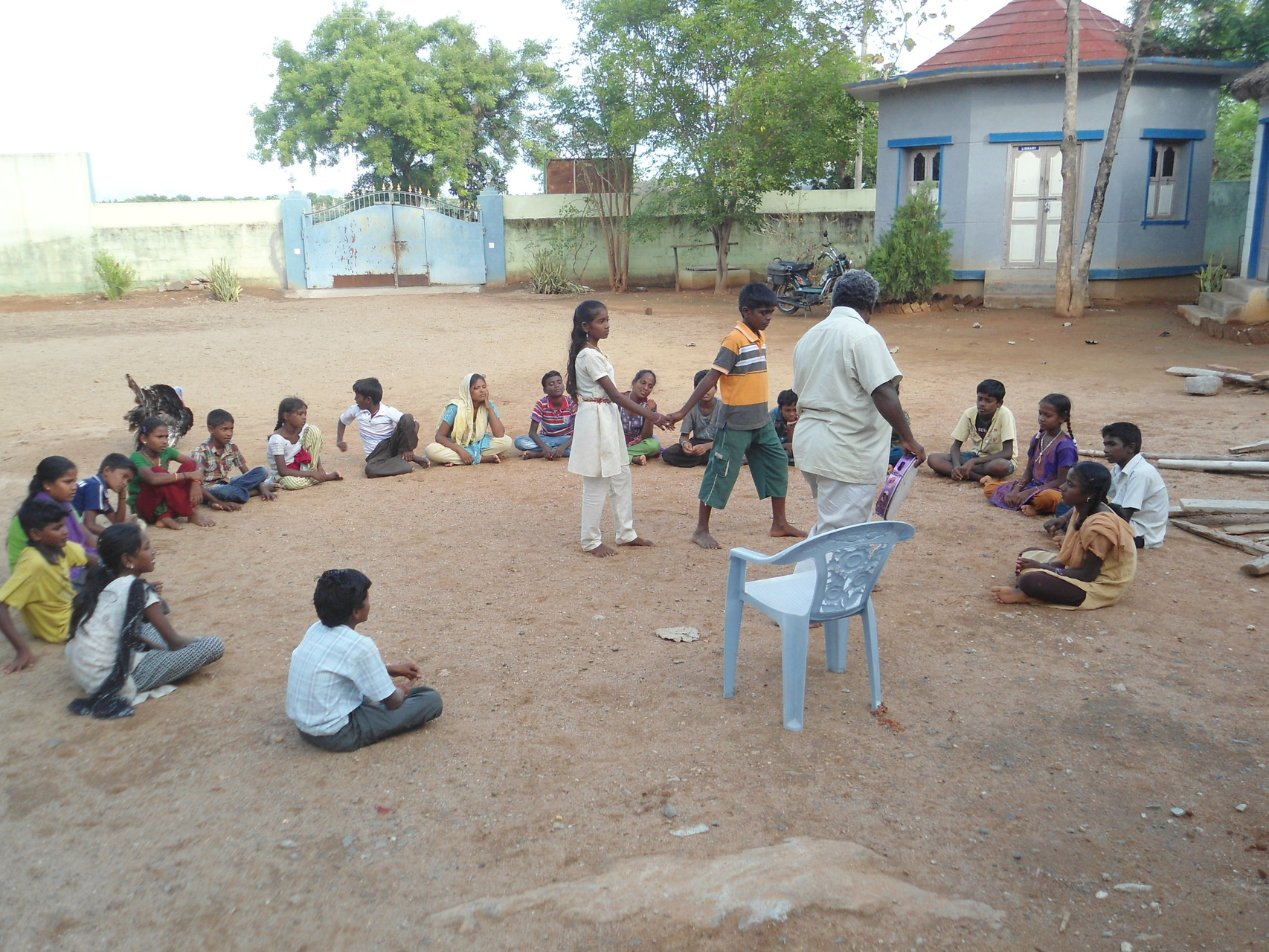 Eté 2014 - Jeu collectif dans la cour de Suvasam avec Murugan