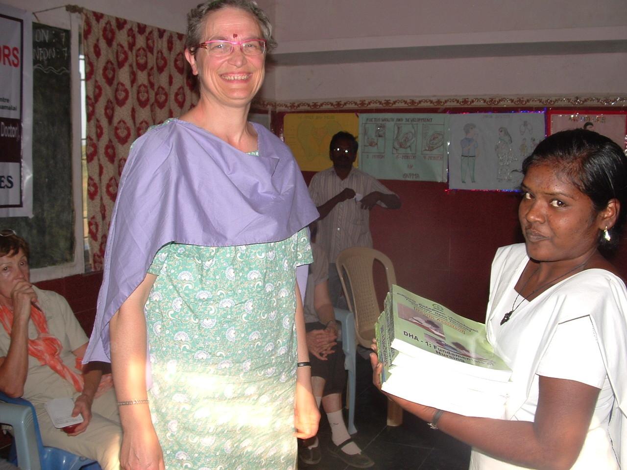 Distribution de livres aux élèves aides soignantes au Centre de Thallakulam - Janvier 2014