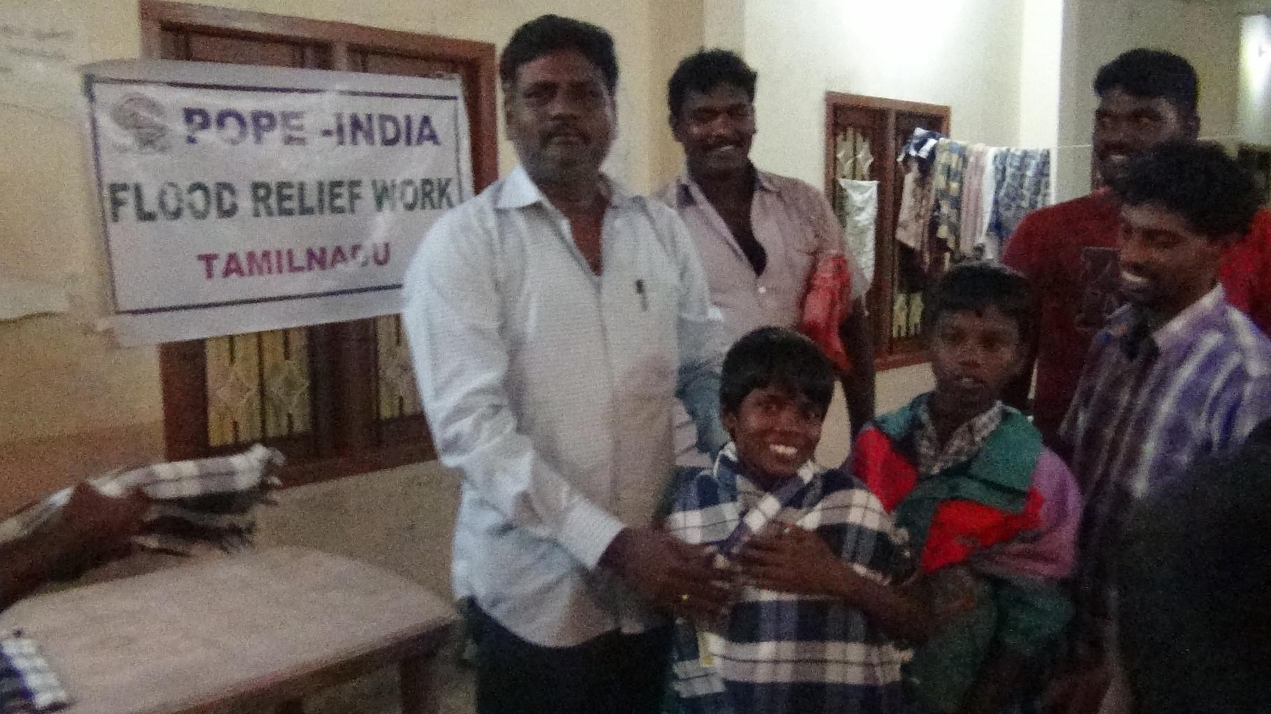 Distribution de linge à Paramankeni