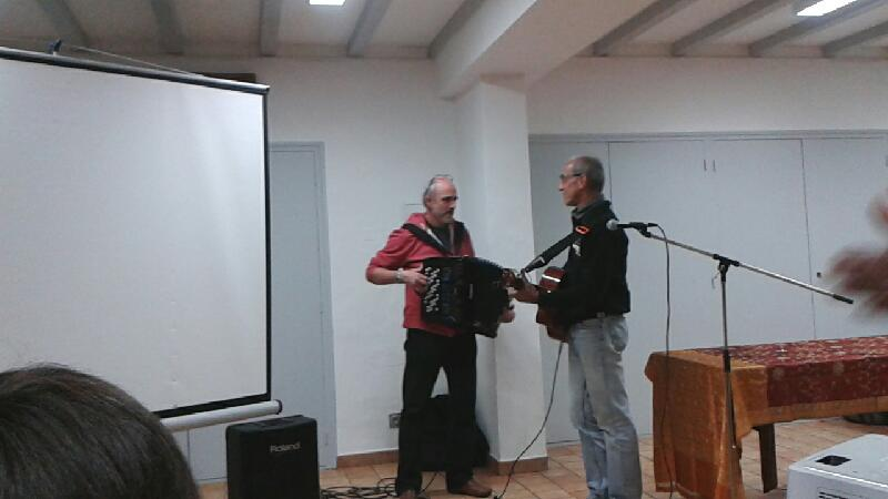 Xano et son ami entonnent la chanson préférée de Maite Larroquet
