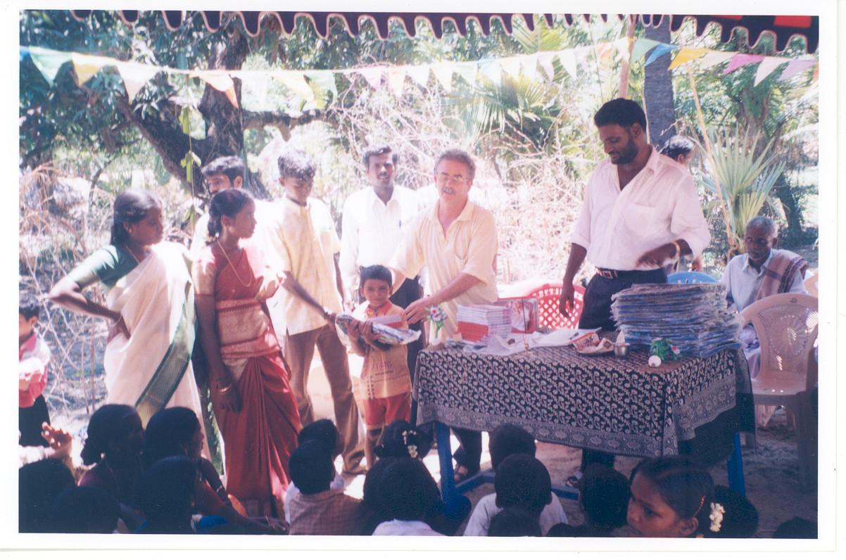 2004 - Distribution de 2000 sacs à dos aux élèves