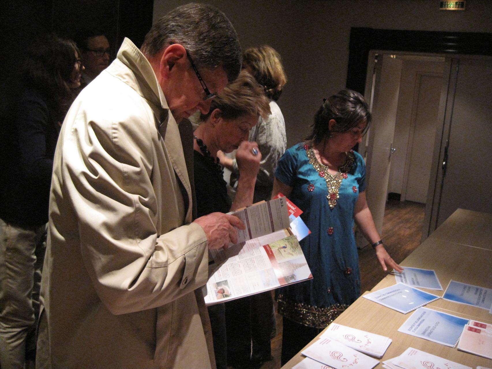 2012 - A la fin de la conférence, les auditeurs peuvent repartir avec de la documentation
