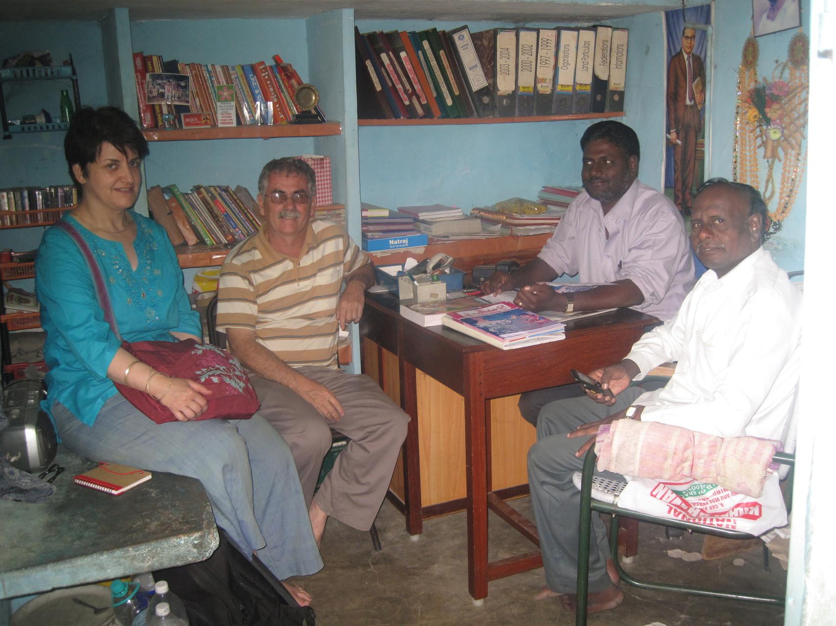 Rencontre avec un journaliste des droits de l'homme dans le bureau de Rosario à Tiruvannamalai - Janvier 2009