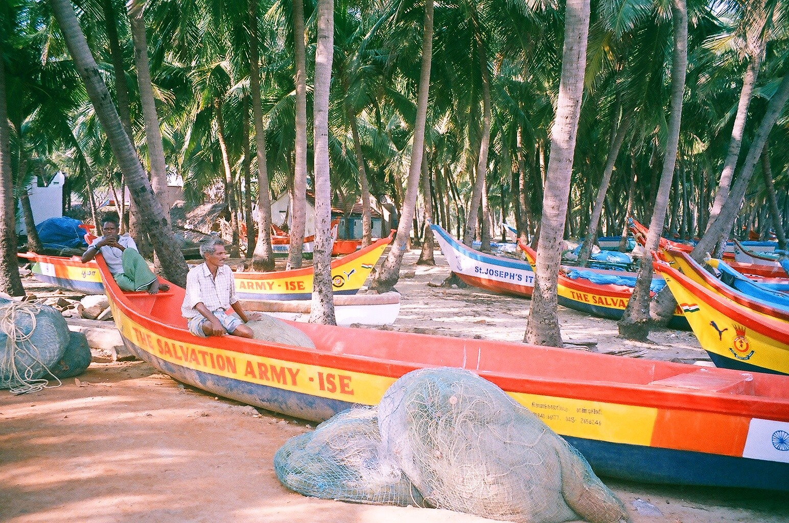 Décembre 2005 - Thazhankuda - Beaucoup de bateaux en fibres de verre offerts par les ONG locales et étrangères
