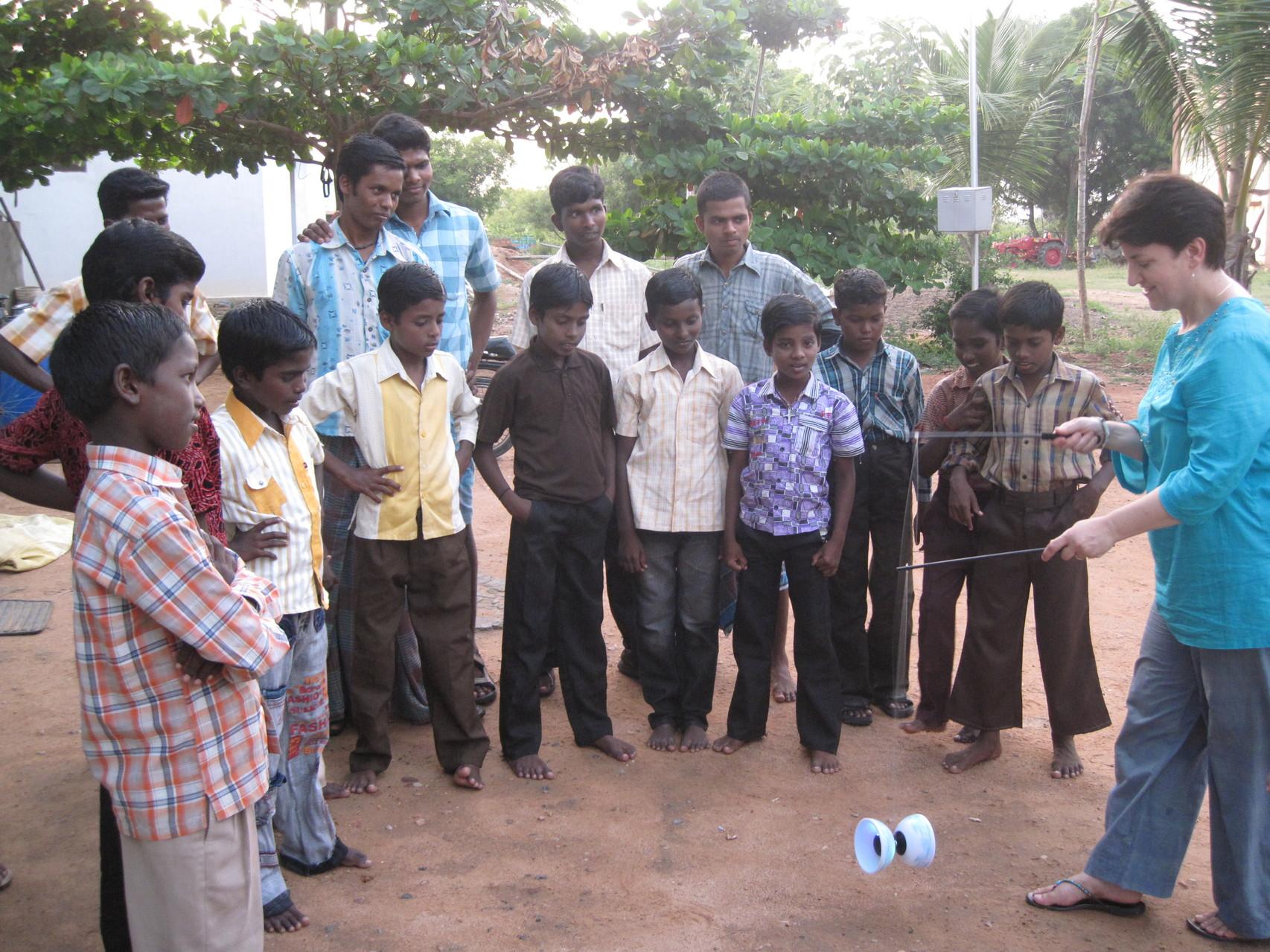 Démonstration du maniement du diabolo devant les élèves de Thallakulam - Octobre 2011