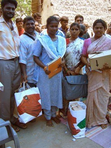2004 - Distribution de cadeaux : saris, sacs, ...