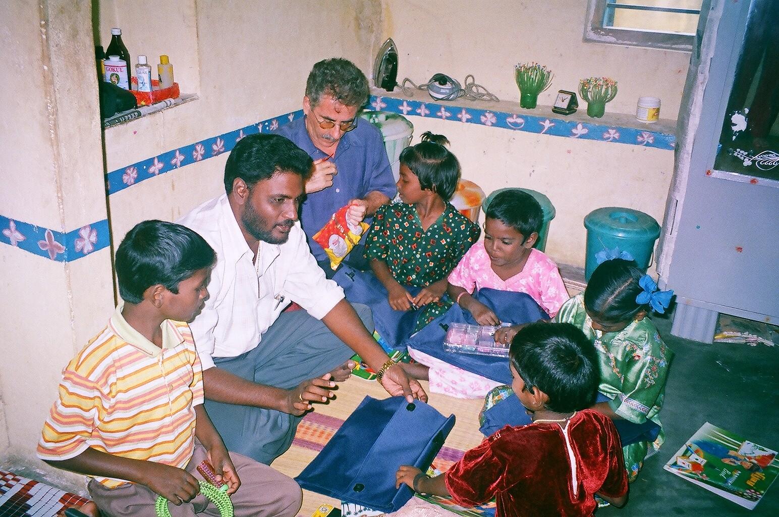 2005 - Distribution de cadeaux aux enfants parrainés