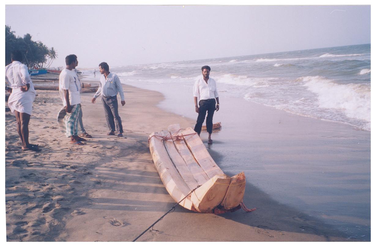 2004 - Livraison des petits catamarans neufs. Le bois vient de Kaniakumari