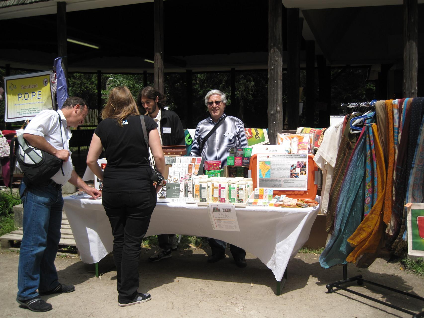 2012 - Nos voisins, le stand de UniversL. Père et Fils arrivaient tout droit du Lot-et-Garonne