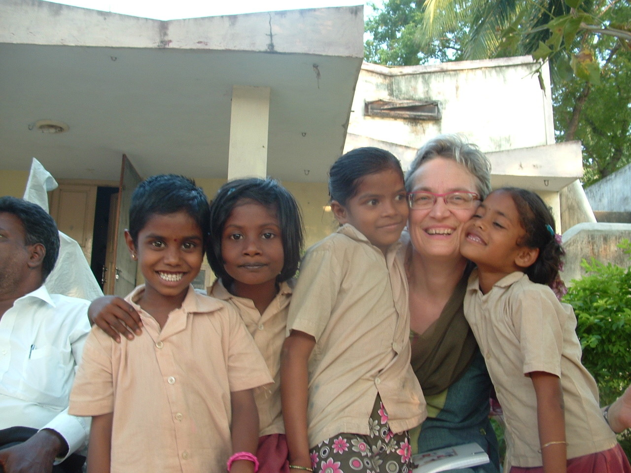 Gros câlin après l'école - Communauté des tribaux à Jawadhu Hills - Janvier 2014