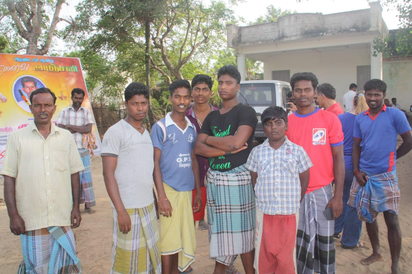 Les jeunes du village prêts à reconstruire leur village.