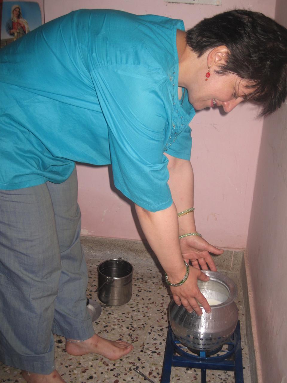 Inauguration de la maison d'Anand à Thandaray. Le lait doit bouillir et être distribué pour favoriser les bons auspices - Janvier 2009