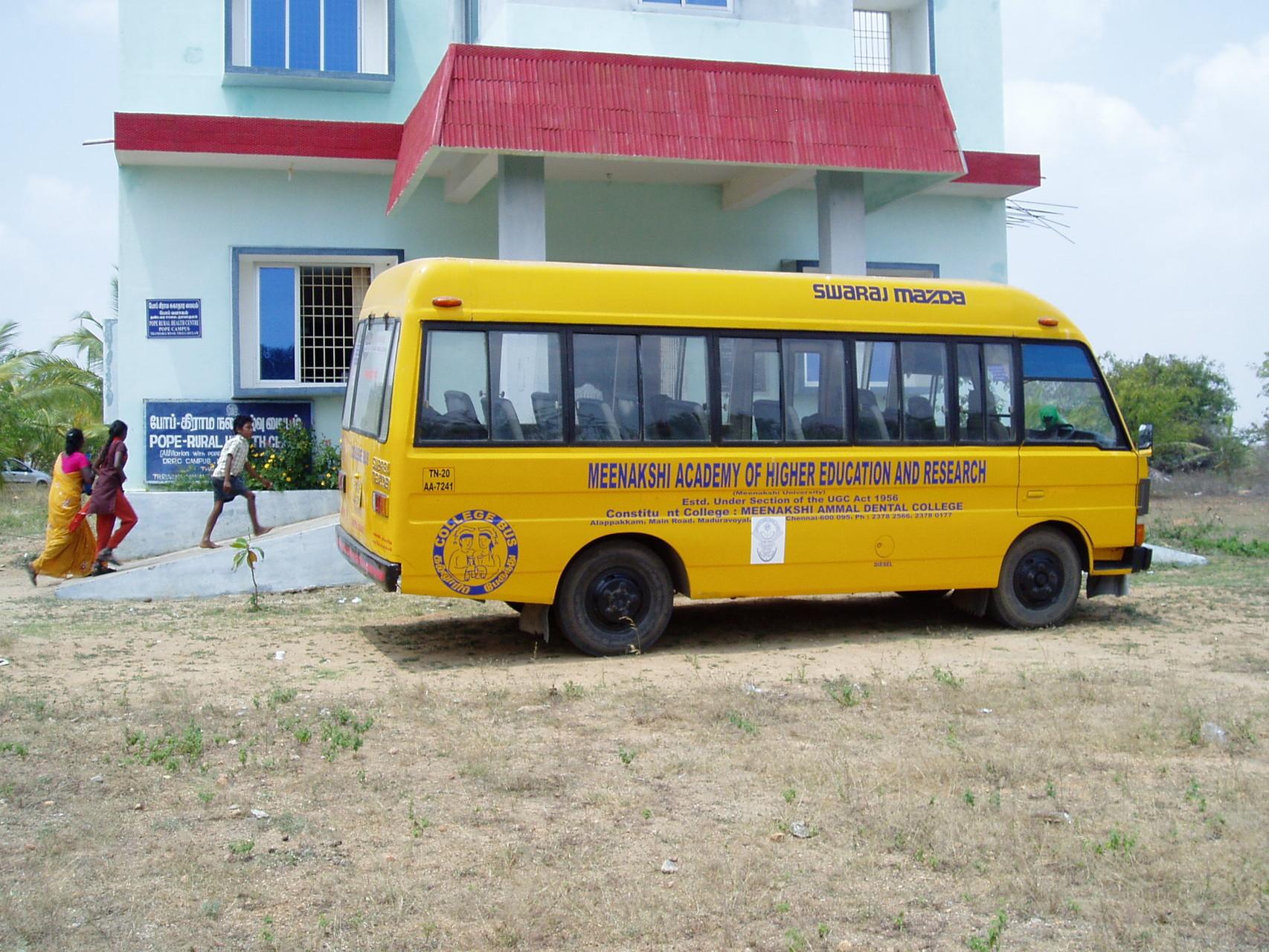 Avril 2014 - L'équipe de professeurs et étudiants dentistes du collège Meenhakshi s'est rendue au centre médical de POPE