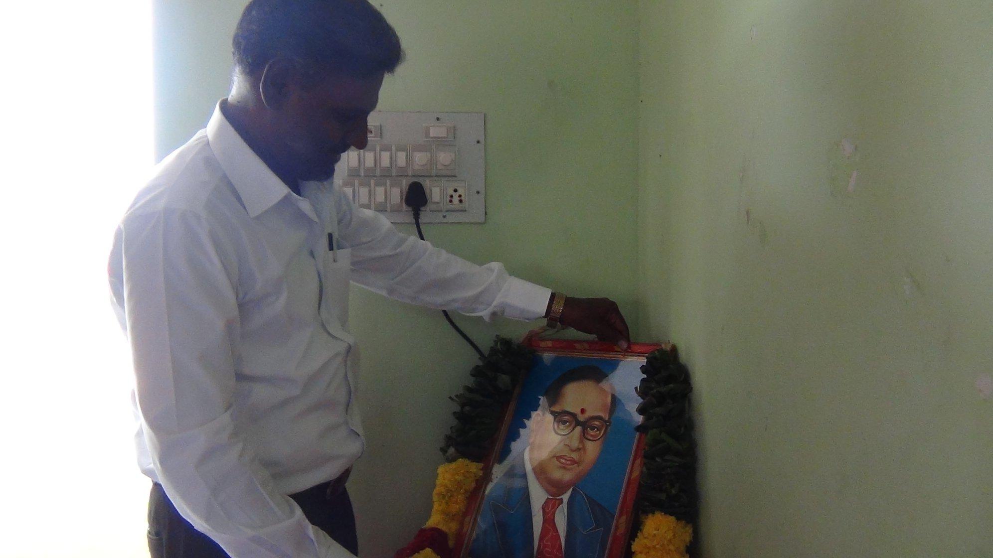 Comme souvent avant les réunions marquantes, un hommage est rendu à leur guide Dr Ambedkar.