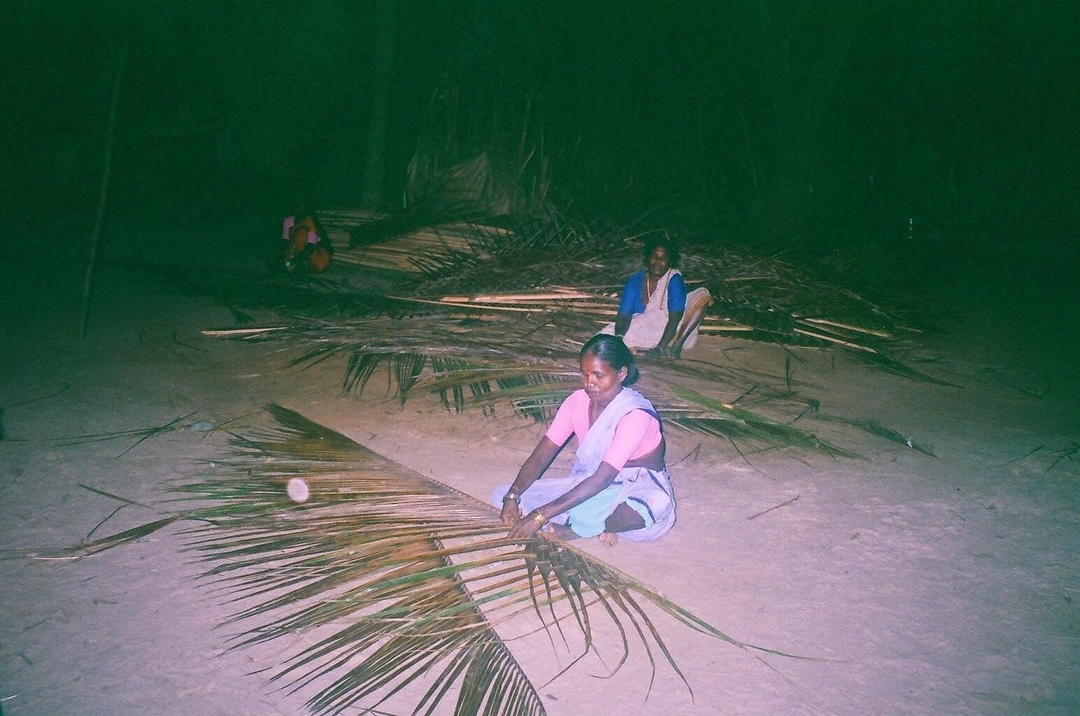 Décembre 2005 - Les groupes de femmes de Kottai kaidu tressent les feuilles pour avoir un revenu