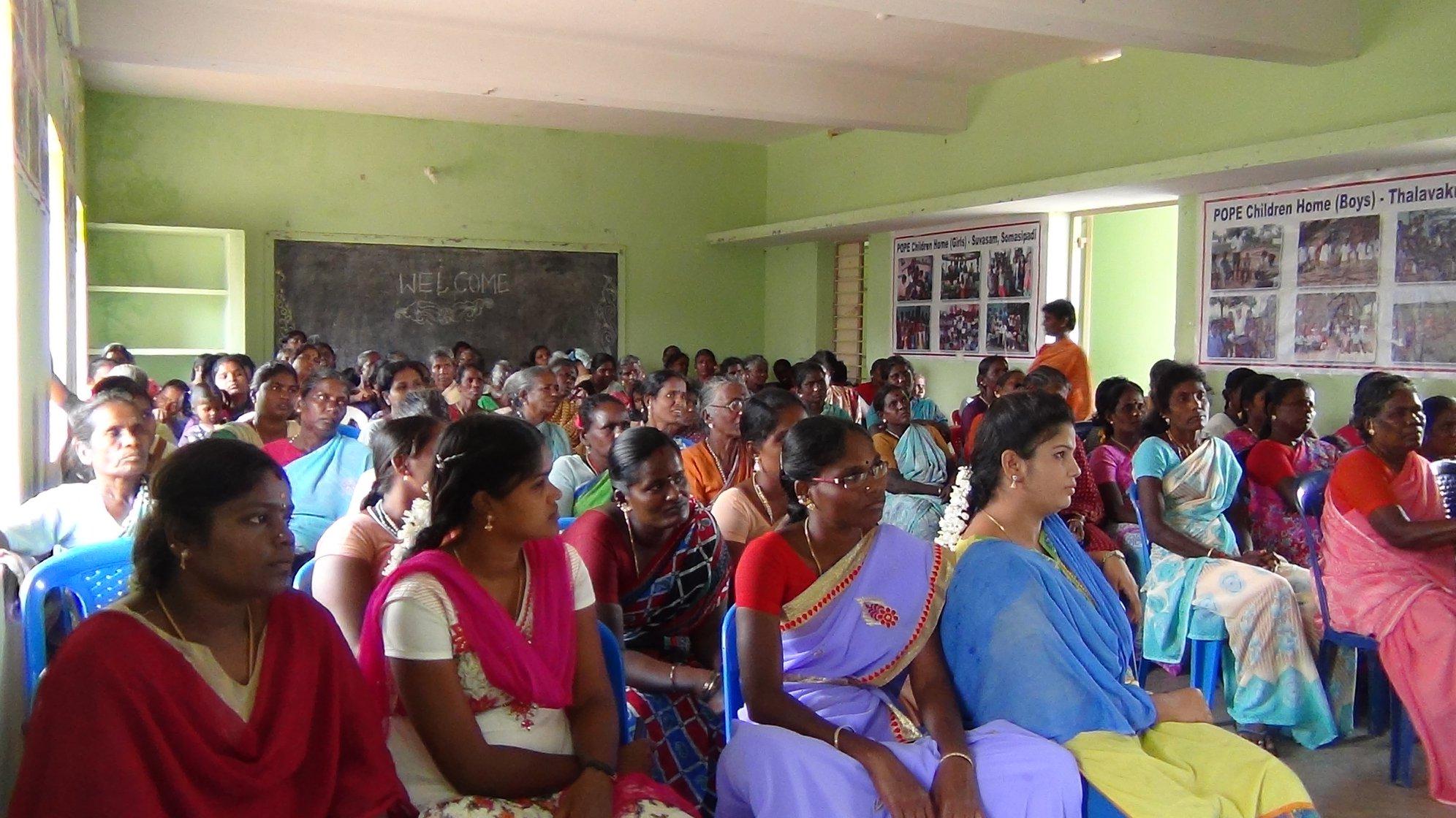 Plusieurs femmes prennent la parole pour partager leurs problèmes, leur expérience.