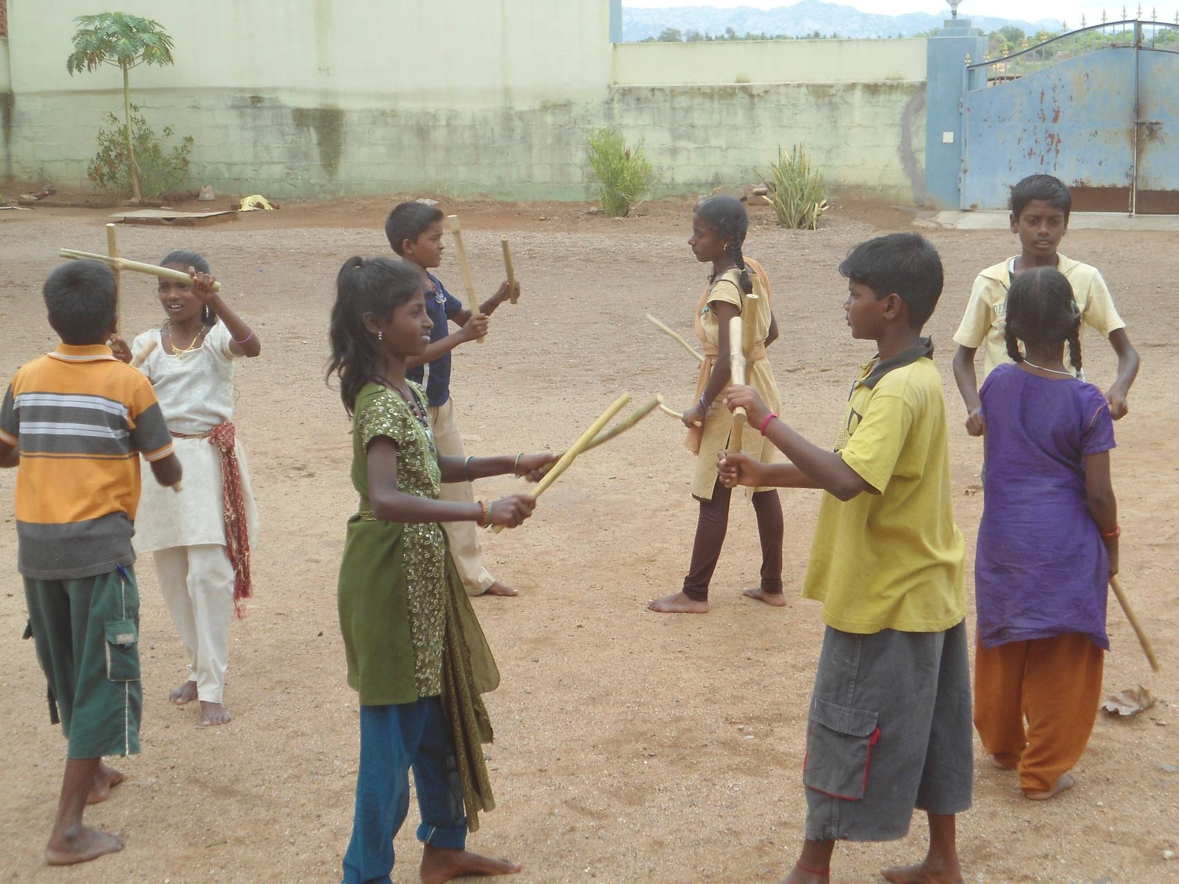 Eté 2014 - Danse des bâtons dans la cour à Suvasam