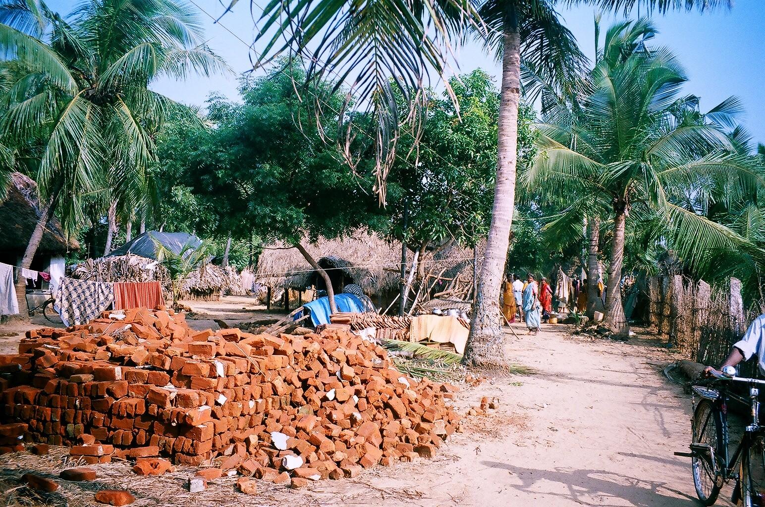 Décembre 2005 - Récupération des briques en bon état pour la reconstruction à Ganga Nagar