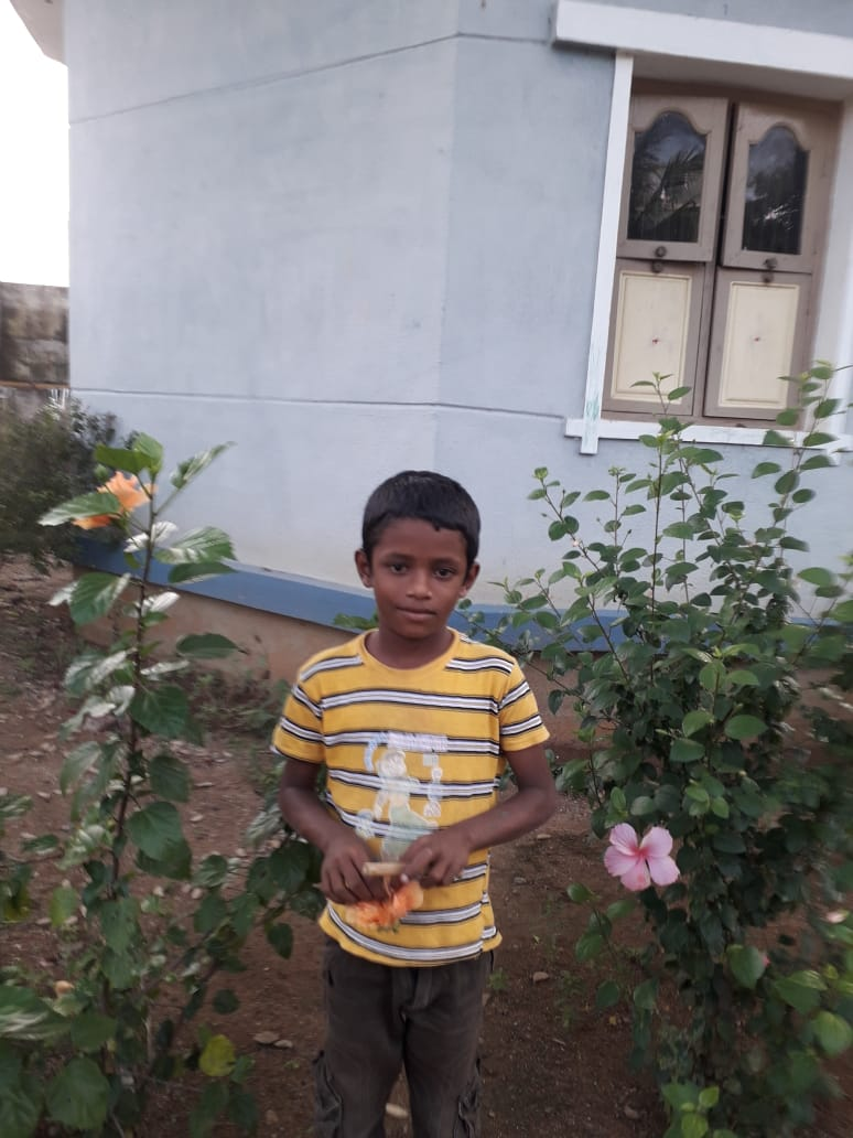 Suriya devant la bibliothèque