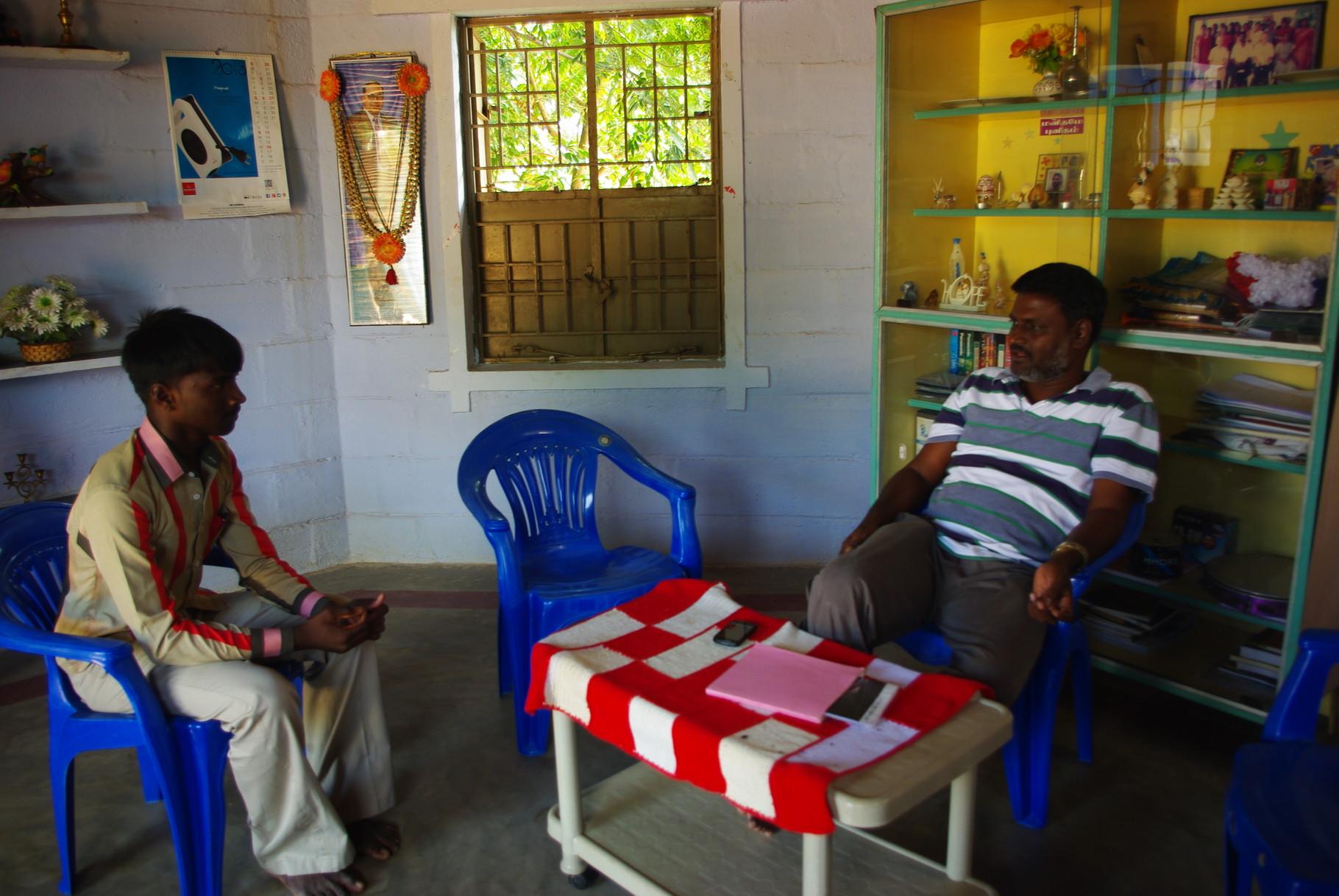 Embauche d'un enseignant - Candidat face à Rosario