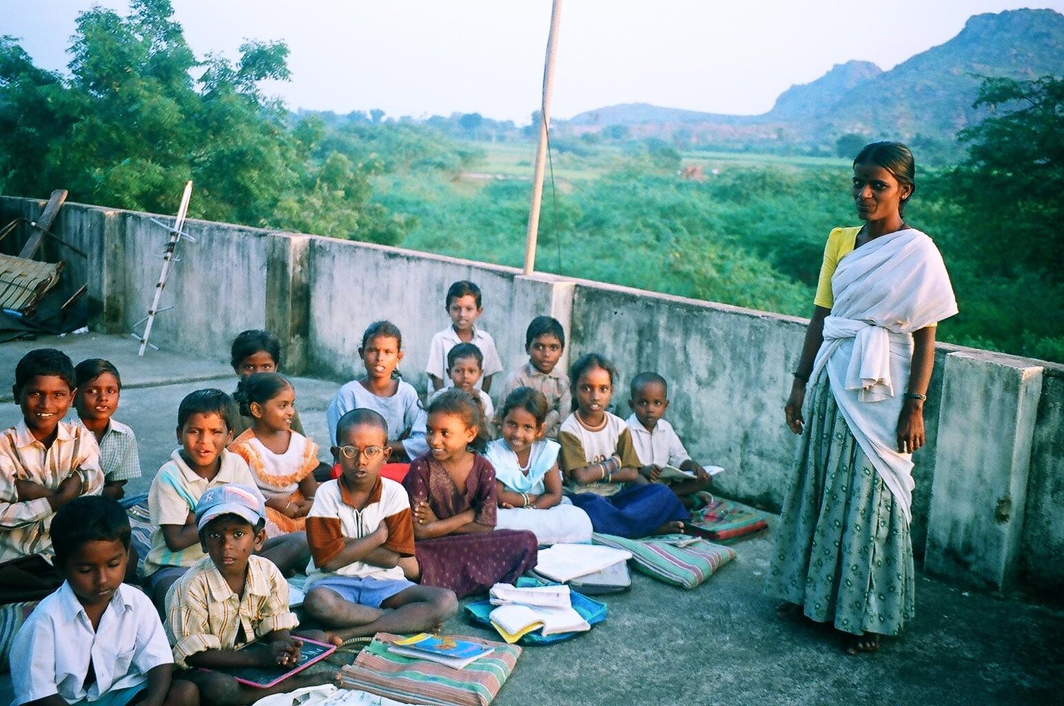 Des élèves bien studieux sur la terrasse à Iyangunam