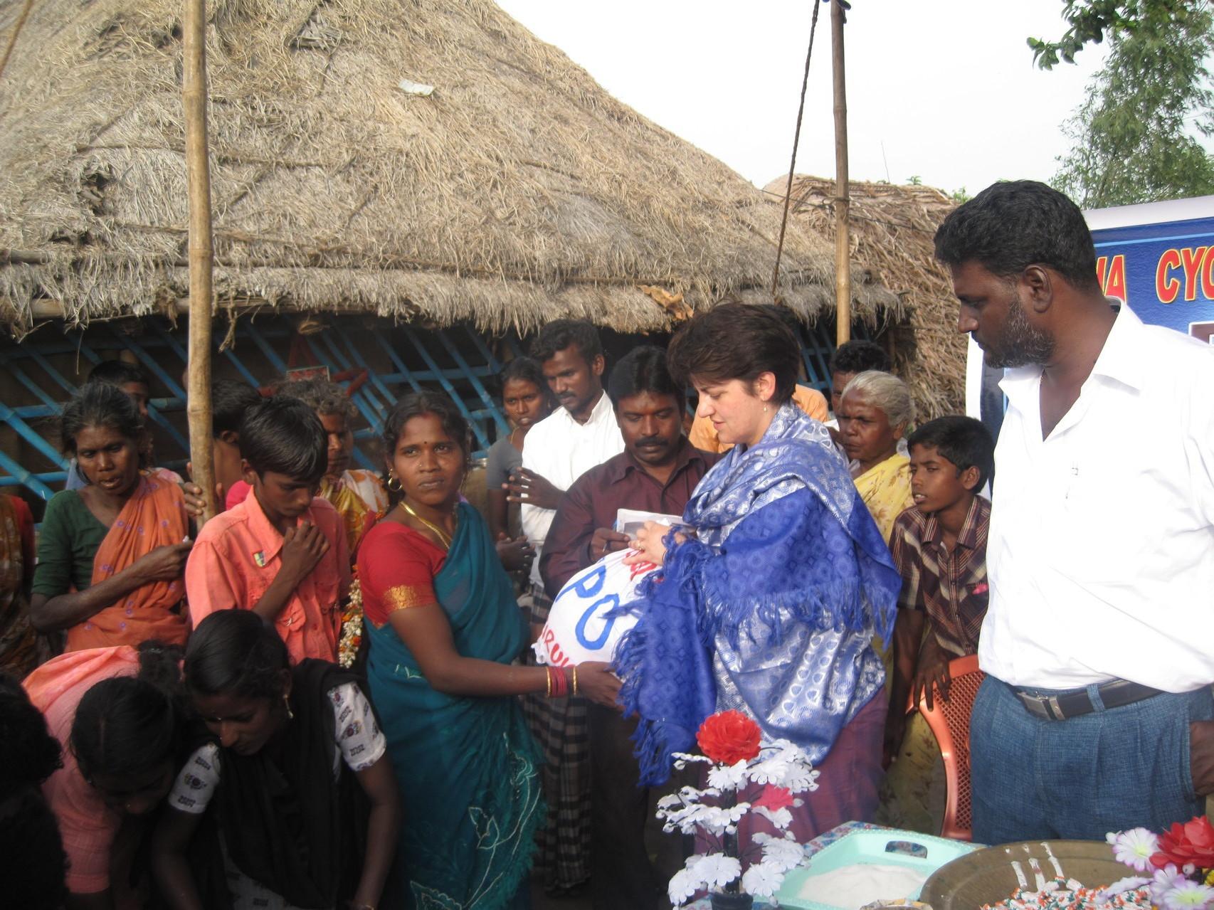 Distribution de provisions aux victimes du cyclone Nysha à Chidambaran - Janvier 2009
