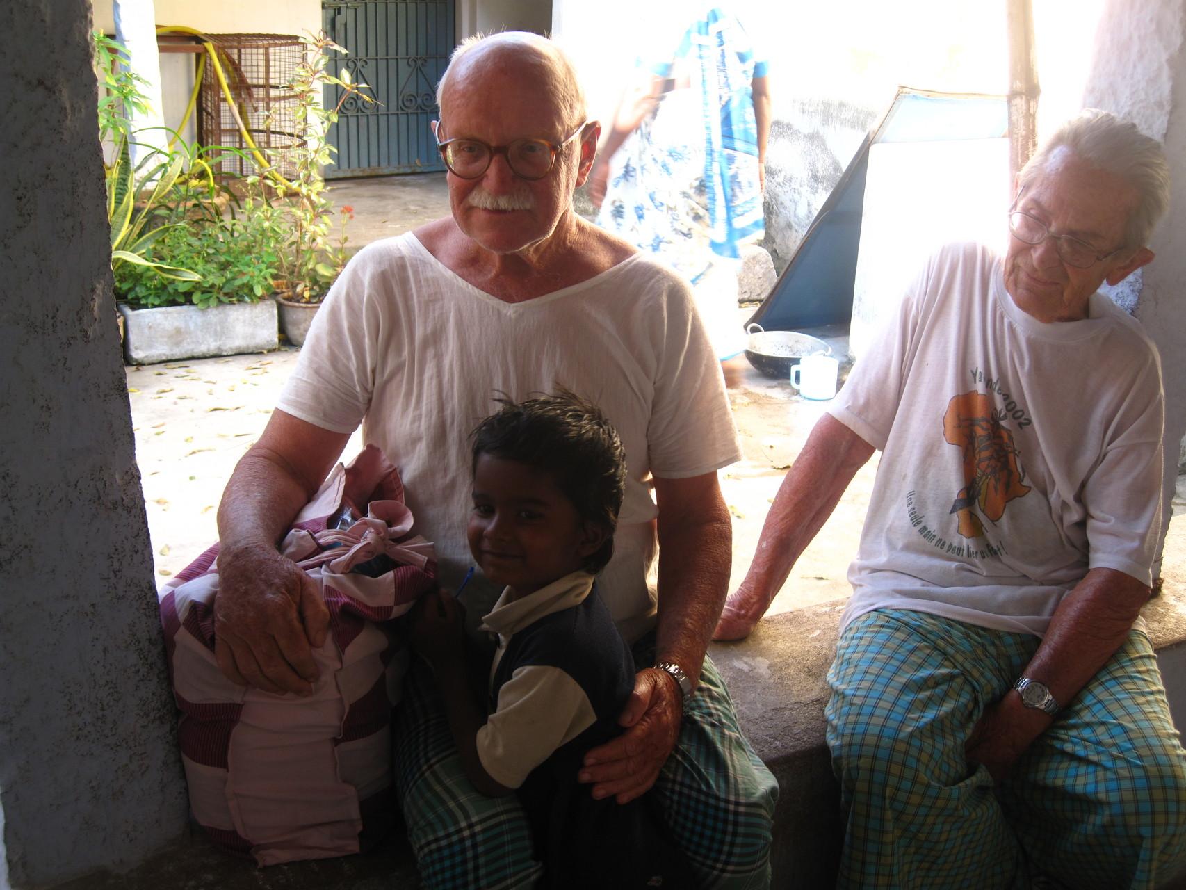 Shanti et Michel dans la cour de la Fraternité d'Alampoondi avec Raja le petit voisin - Janvier 2009
