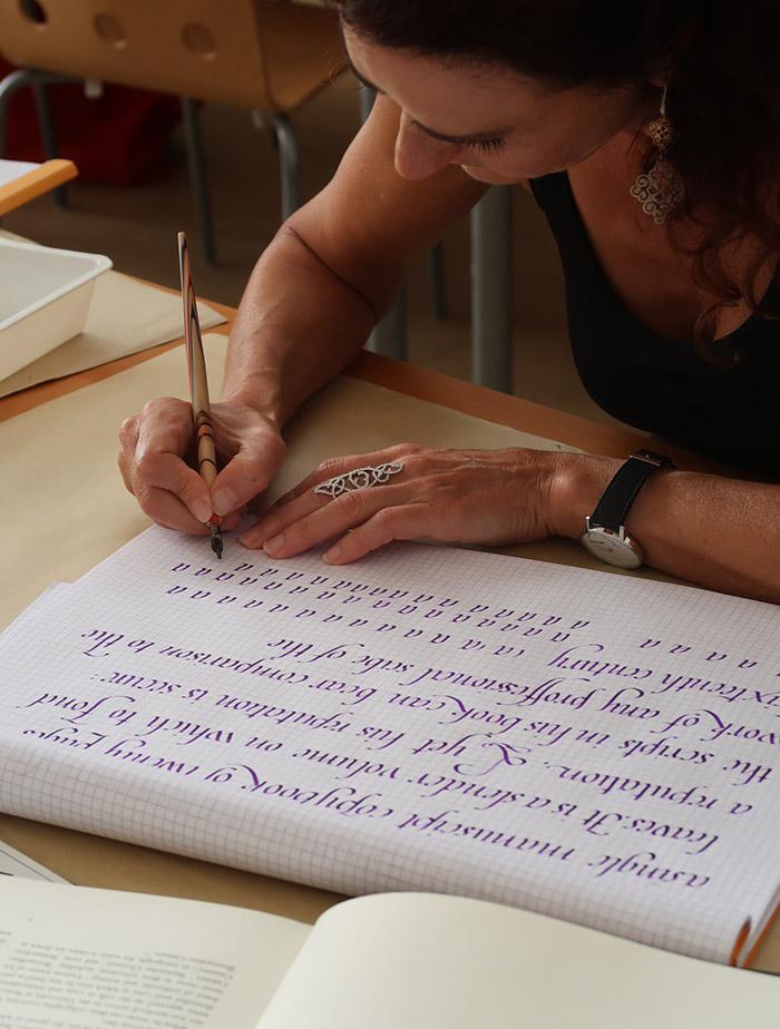 Nathalie appliquée sur l'étude de la Chancellerie