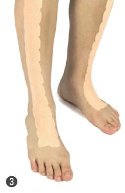 3.ひざ下の外側まで貼ります。反対の脚にも同じように貼ります。
