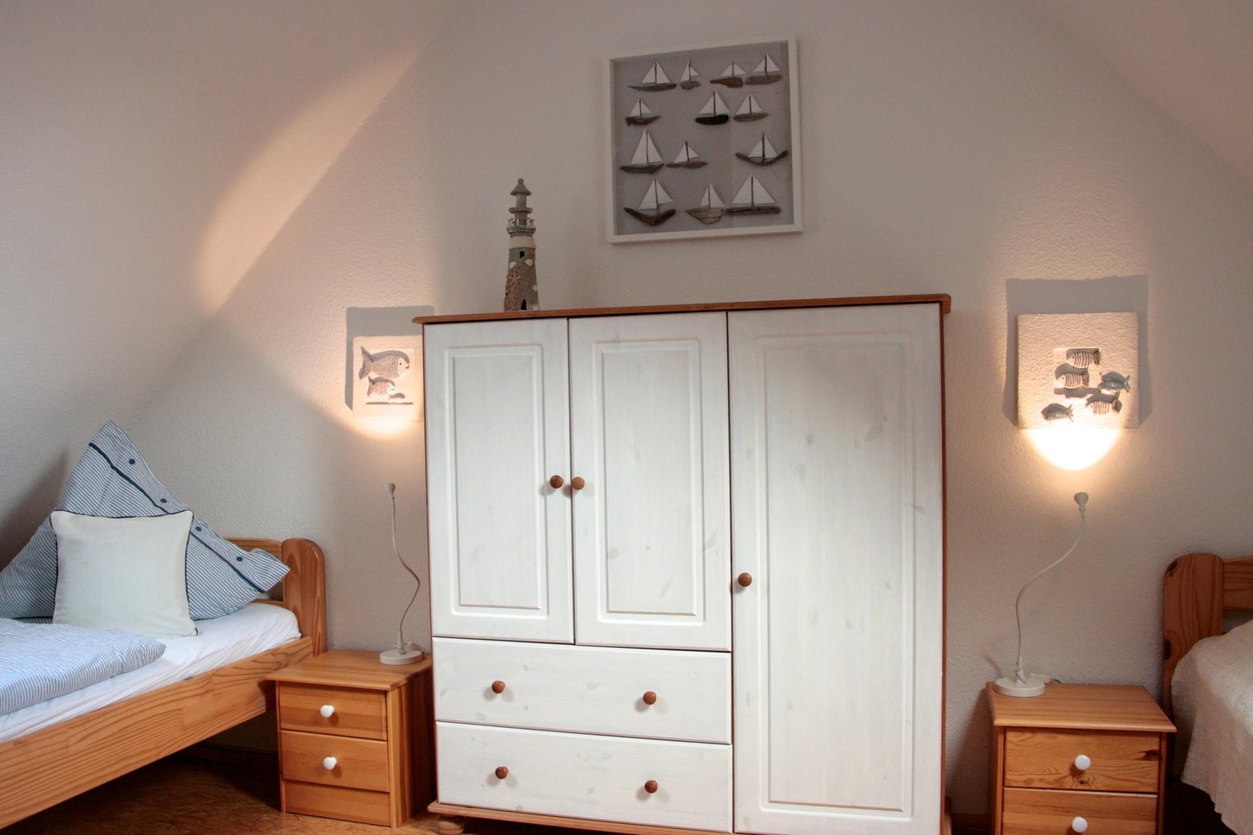 die Schlafgalerie im Dachboden mit zwei Einzelbetten...