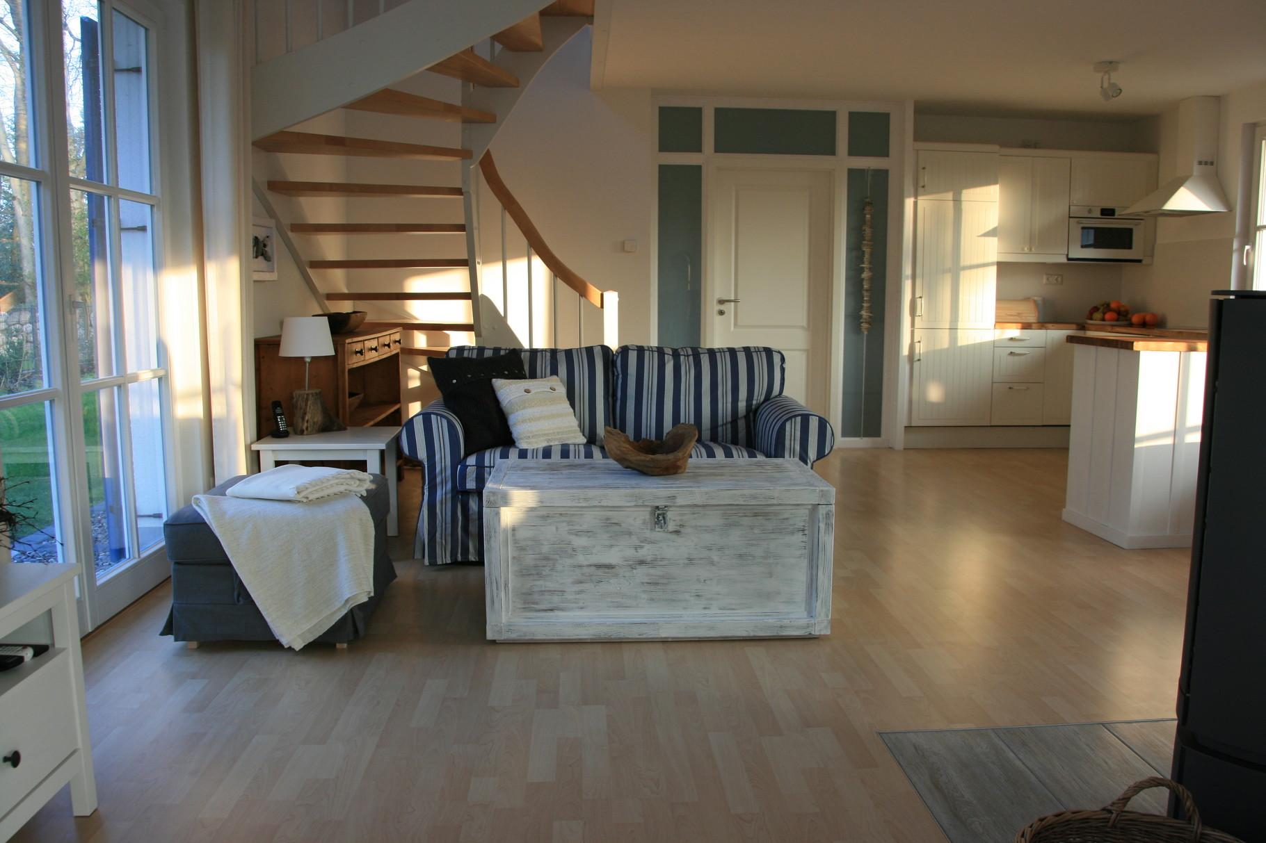 großzügiger Wohnbereich mit Leseecken,TV und Küche