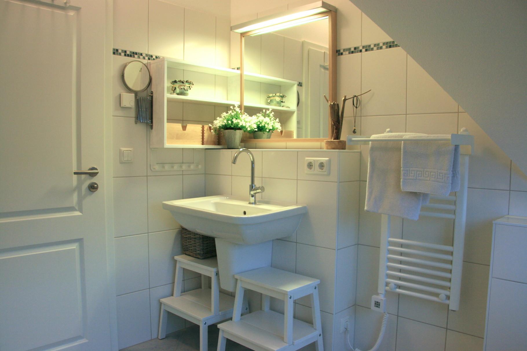 das Bad im OG mit Dusche,Wanne,Waschbecken und WC
