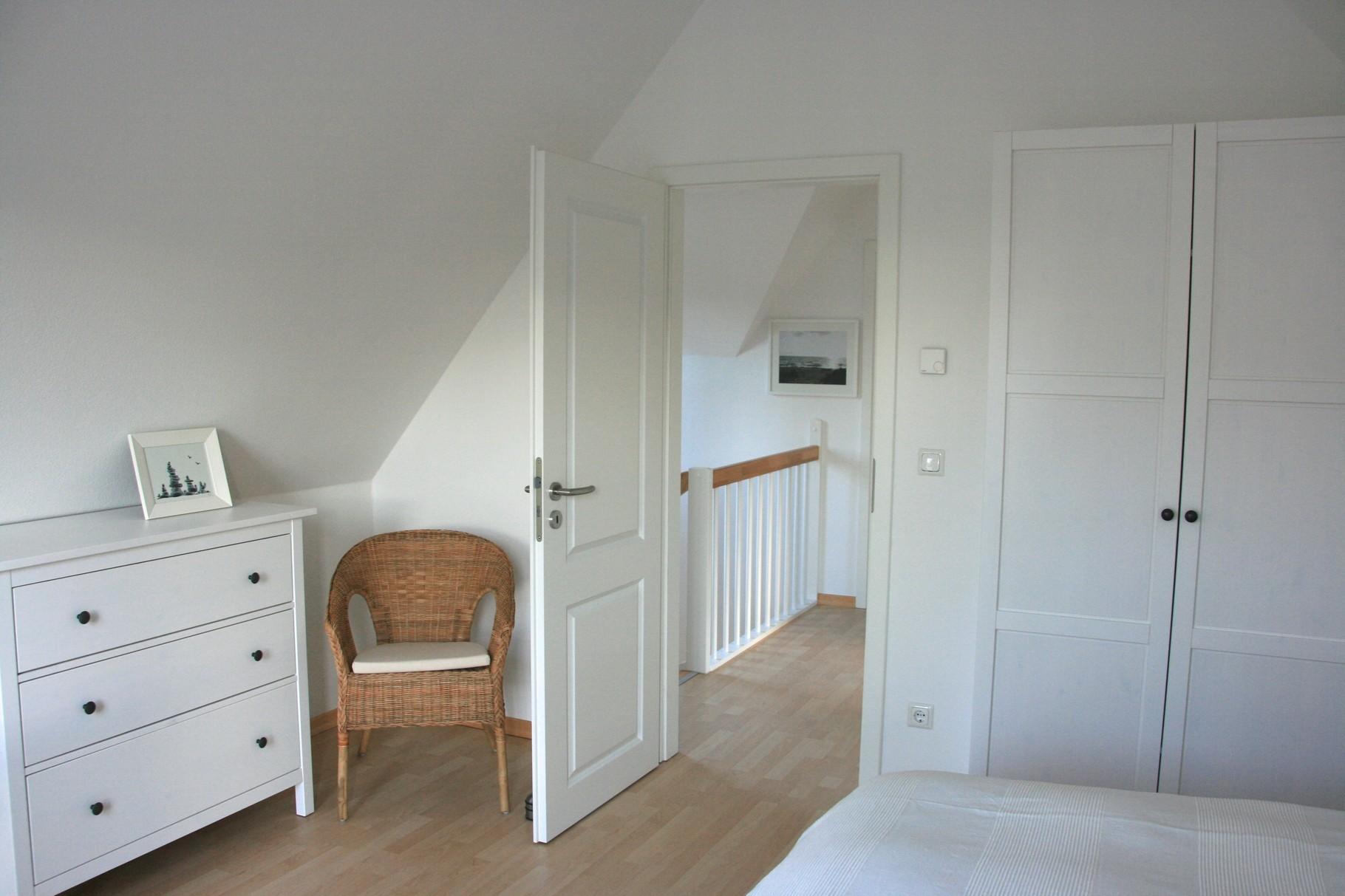 Schlafzimmer 1 mit Kommode und Kleiderschrank