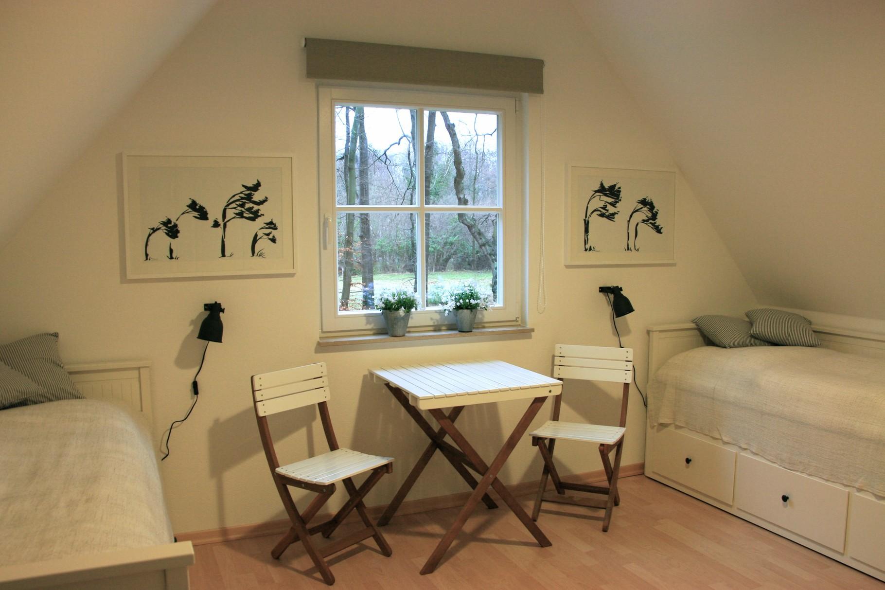 Schlafzimmer 2 mit zwei Kojenbetten,Kleiderschrank und weiteren Stauräumen