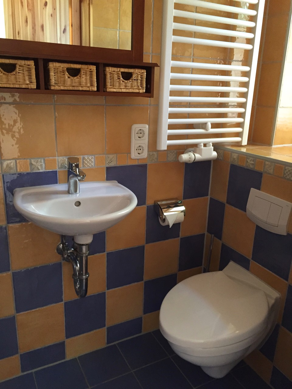 Gäste-WC mit Dusche im Erdgeschoss