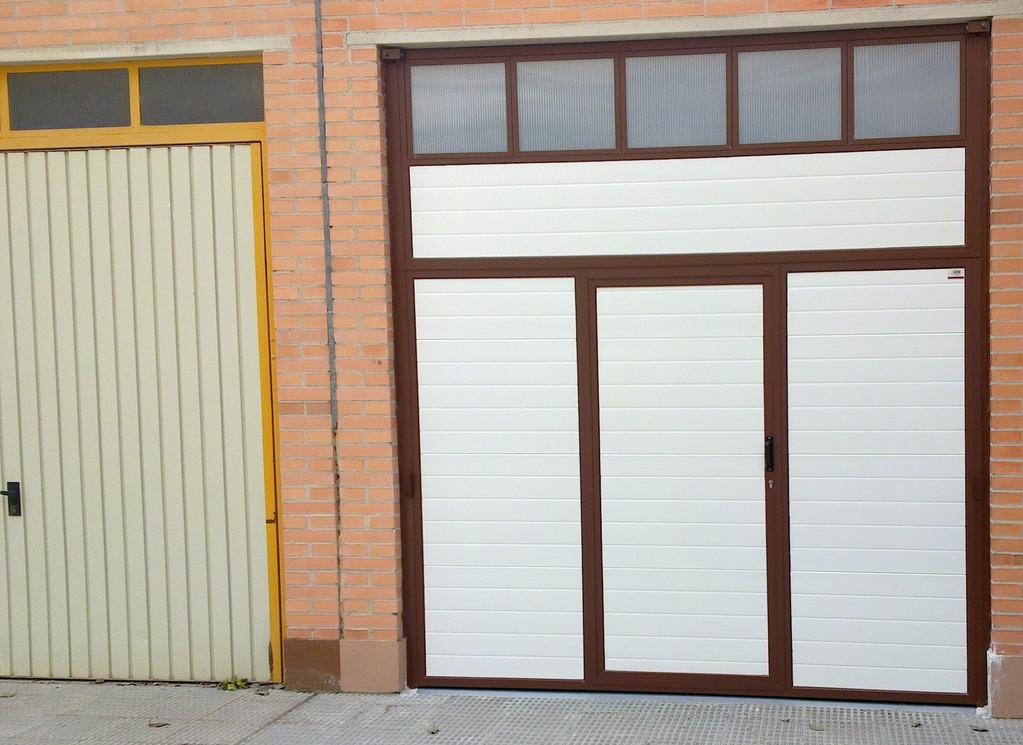 basculante blanca- marron con acristalado y puerta de servicio