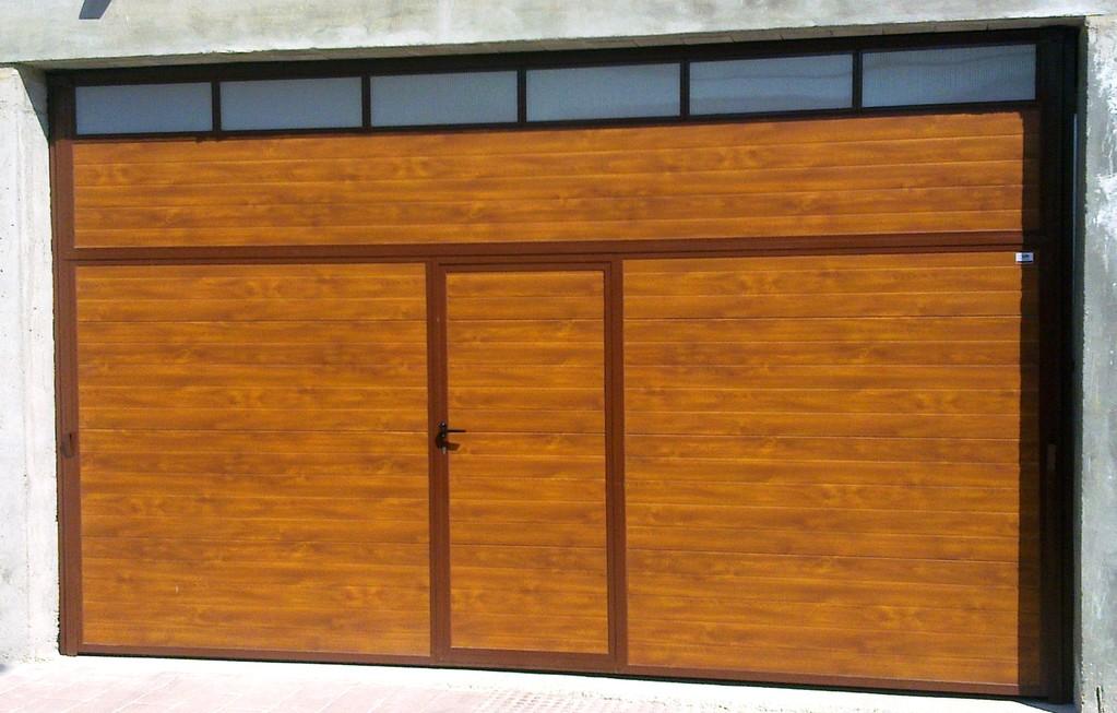 basculante imitacion madera con acristalado y puerta de servicio