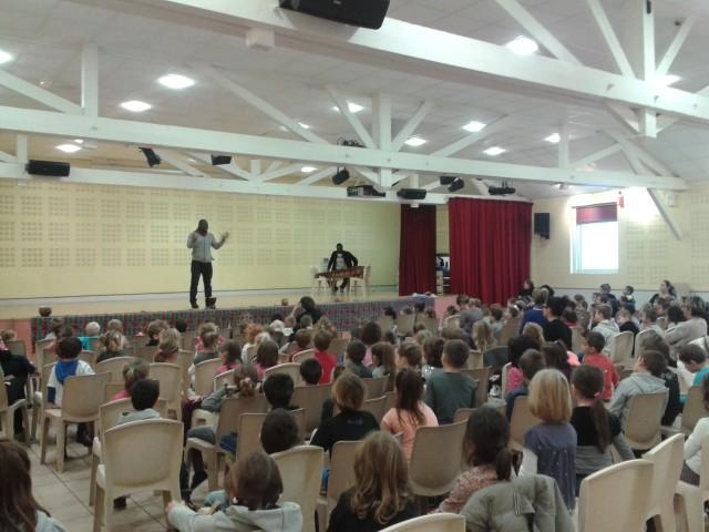 Salle comble pour la représentation participative et matinale, avec Marius Sawadogo. Avec les écoles privé et publique du Pouzin