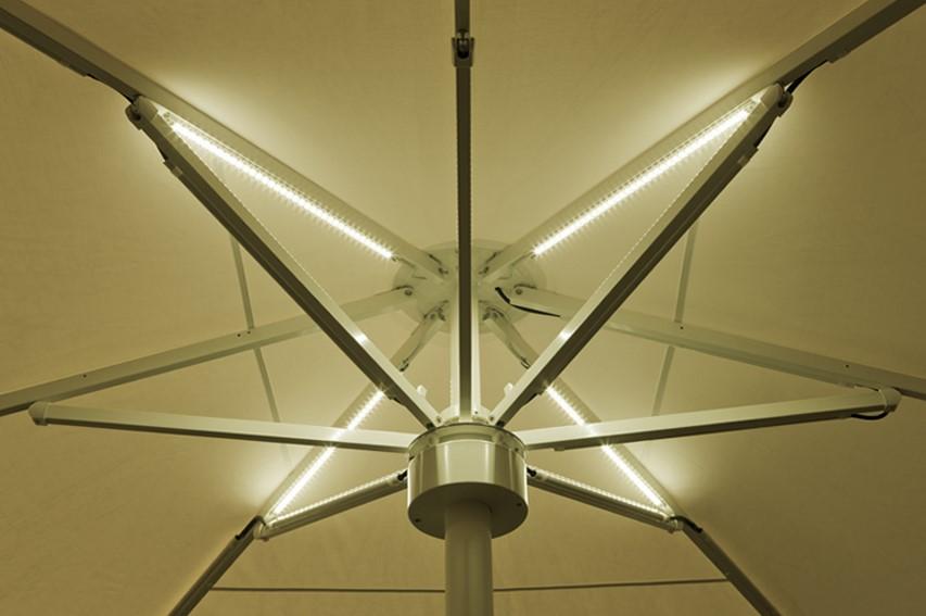 LED-Beleuchtung im Schirmdach ist für Sonnenschirme sogar mit RGB-Steuerung erhältlich