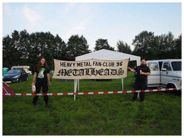 Tino und Ben hissen im Jahre 2011 das alte Clubbanner. Die Geburtsstunde des HMFC Metalheads e.V.