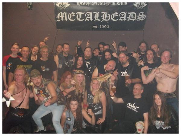 """Gruppenfoto vom """"Spirit Of Metal"""" am 5.9.2015 im Bambi Galore / Hamburg. Bands, Clubmitglieder und Flo, Betreiber des Bambis"""
