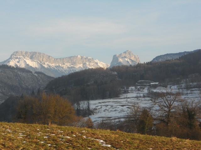 Vue du gîte sur les montagnes du lac d'Annecy
