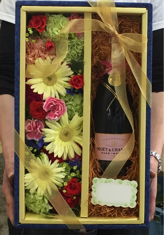 ⑩お持ち込みのプレゼントにお花を添えてデザイン