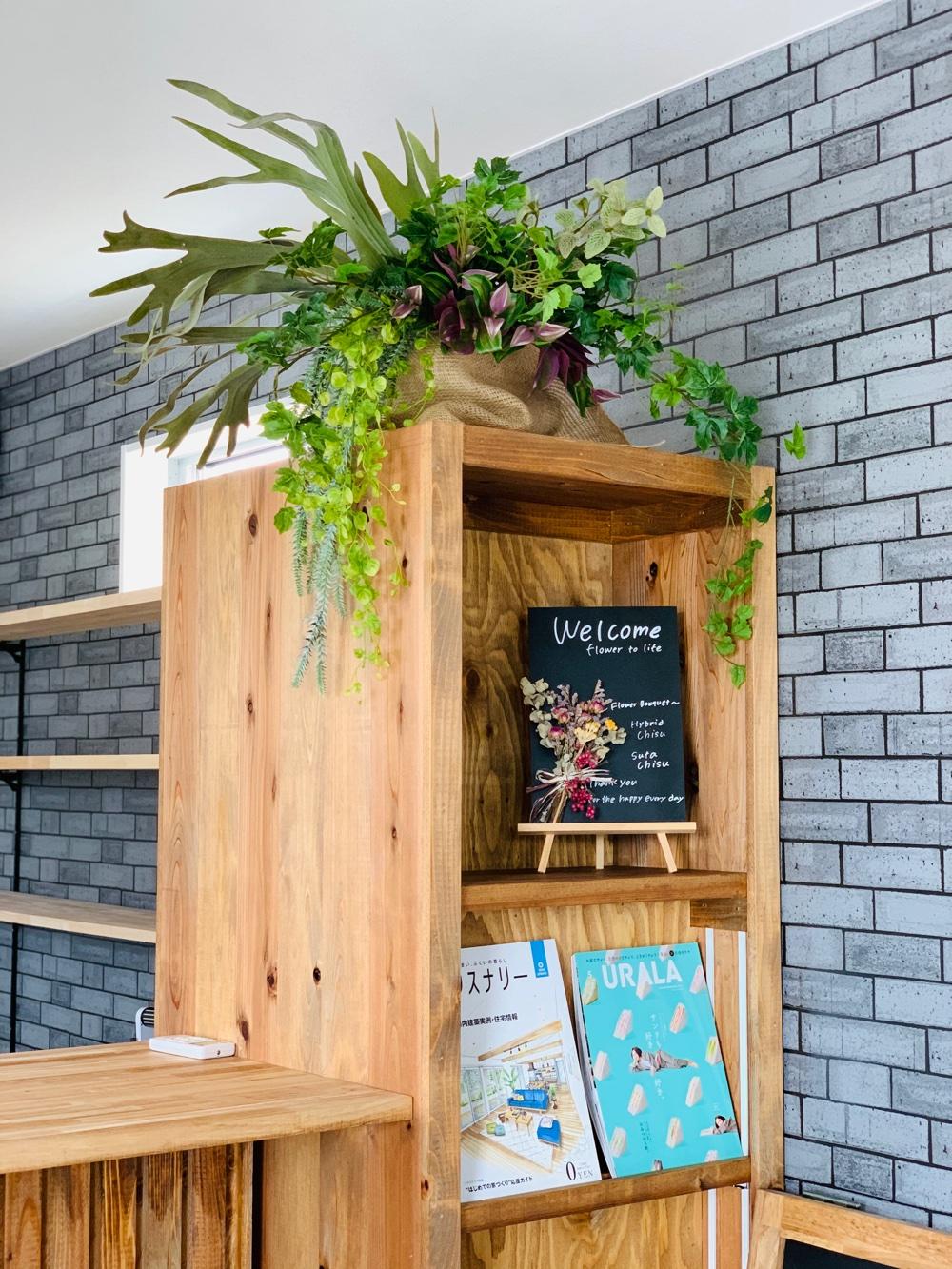 棚の上には垂れる植物のアートフラワーを