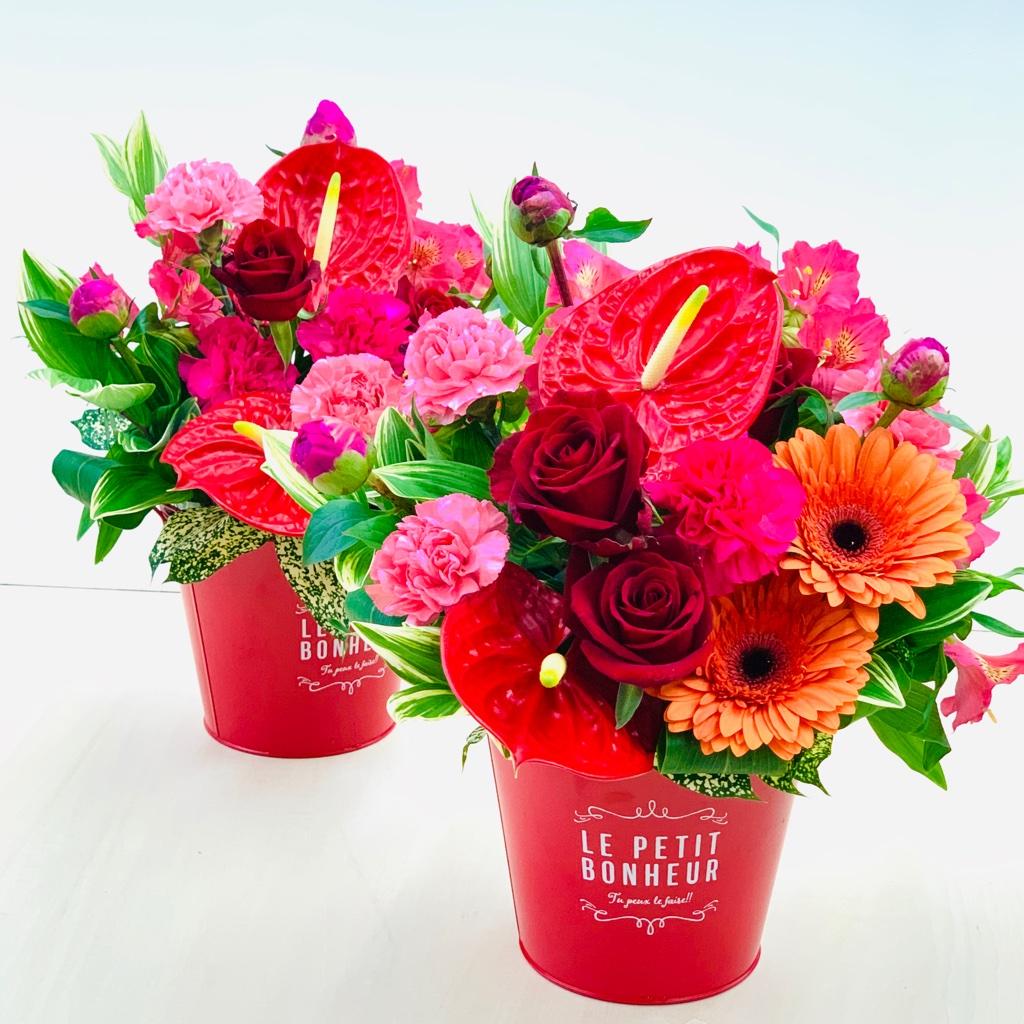 ①真っ赤なバラやアンスリュームのビビットカラーのアレンジメント